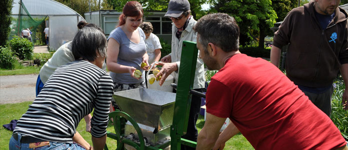 https://brightonpermaculture.org.uk/wp-content/uploads/courses/cookery/slideshow/fruitcookery05.jpg