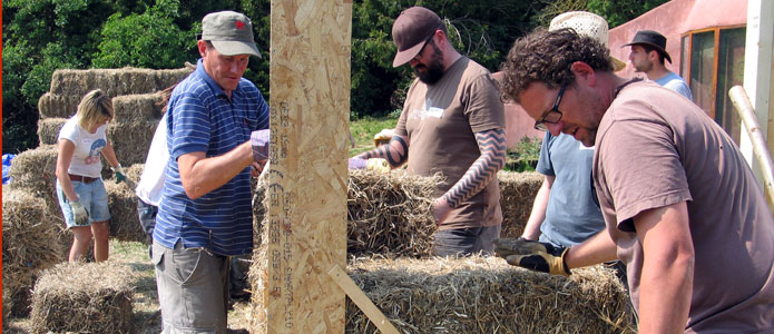 https://brightonpermaculture.org.uk/wp-content/uploads/courses/strawbales/slideshow/strawbalebuild06.jpg