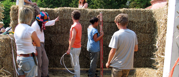 https://brightonpermaculture.org.uk/wp-content/uploads/courses/strawbales/slideshow/strawbalebuild09.jpg