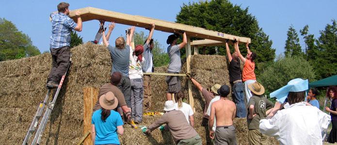 https://brightonpermaculture.org.uk/wp-content/uploads/courses/strawbales/slideshow/strawbalebuild10.jpg