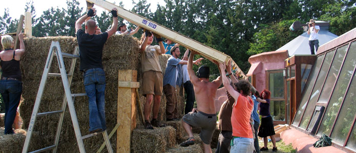 https://brightonpermaculture.org.uk/wp-content/uploads/courses/strawbales/slideshow/strawbalebuild12.jpg